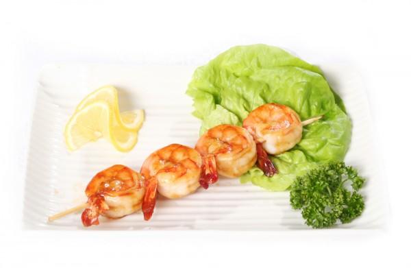 Usmażone krewetki posypmy świeżo pokrojoną natką pietruszki i dodajmy odrobinę soku z cytryny.